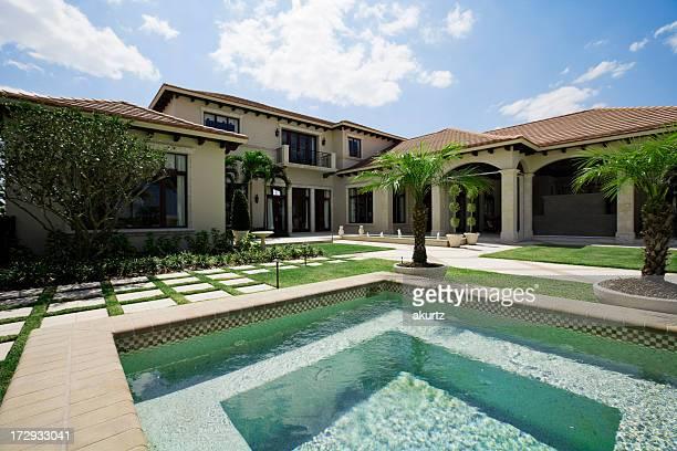 Présentez la maison et de la piscine