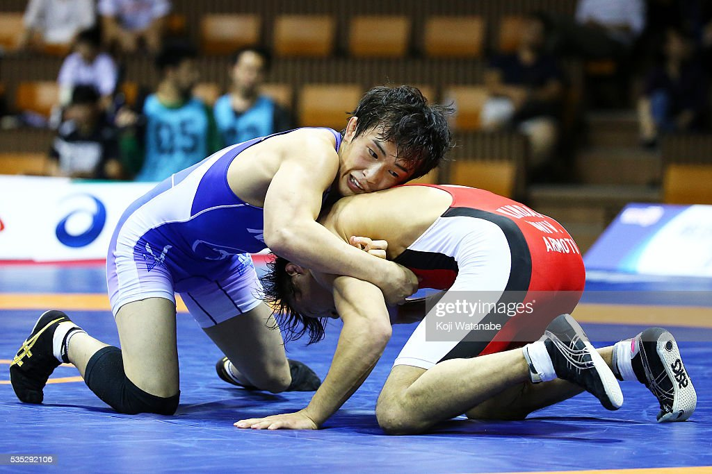Shoya Shimae (blue) competes in the Men's 61kg free style final match against Shingo Arimoto (red) during the All Japan Wrestling Championships at Yoyogi National Gymnasium on May 29, 2016 in Tokyo, Japan.