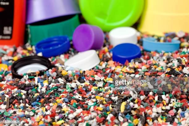 Geschreddert recyceltem Kunststoff mit Flasche und Cap Hintergrund