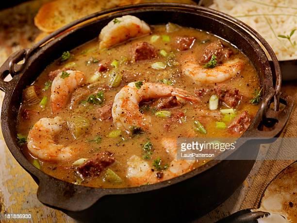 Gombo aux crevettes et des saucisses