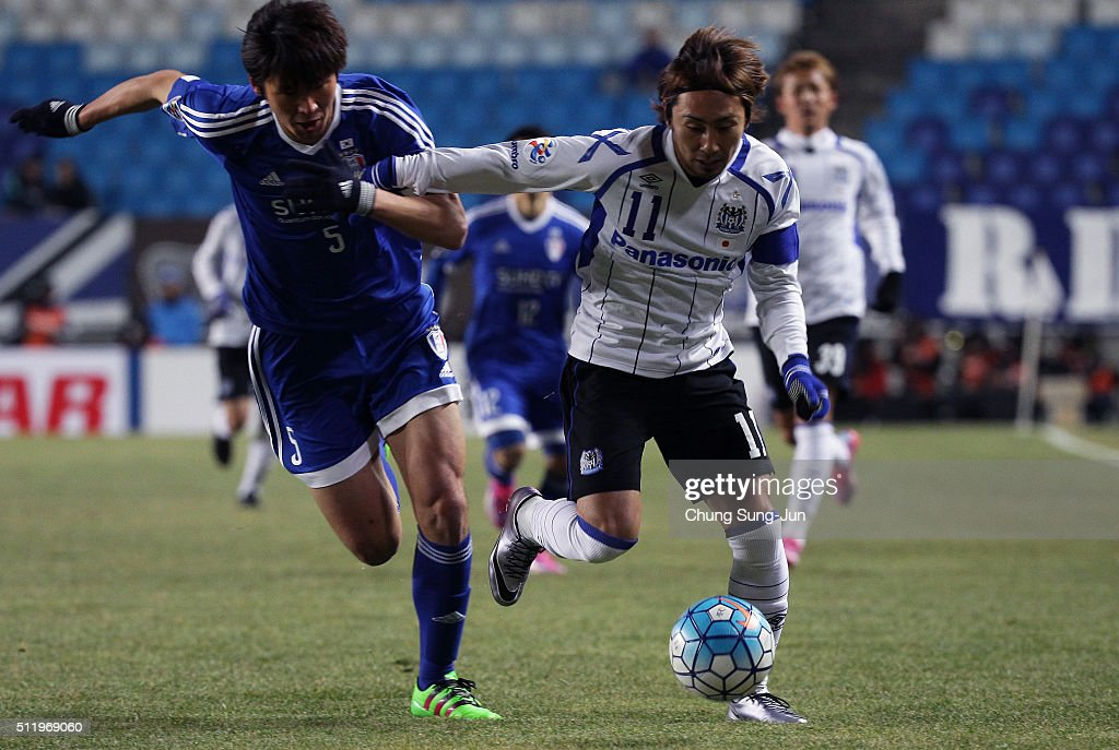 Shu Kurata of Gamba Osaka competes for the ball with Park HyunBem of Suwon Samsung Bluewings during the AFC Champions League Group G match between...