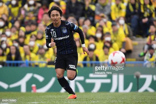 Shu Kurata of Gamba Osaka in action during the JLeague J1 match between Kashiwa Reysol and Gamba Osaka at Hitachi Kashiwa Soccer Stadium on March 5...