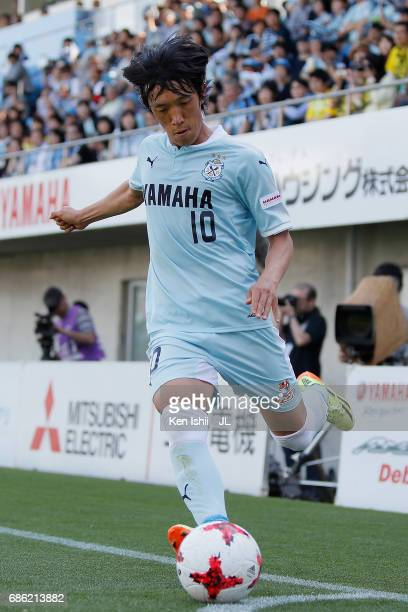 Shunsuke Nakamura of Jubilo Iwata takes a corner kick during the JLeague J1 match between Jubilo Iwata and Kashiwa Reysol at Yamaha Stadium on May 20...