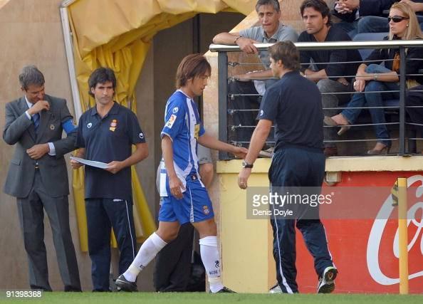Shunsuke Nakamura of RCD Espanyol is substituted by manager Mauricio Pochettino during the La Liga match between Espanyol and Villarreal at El...