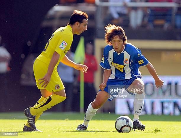 Shunsuke Nakamura of RCD Espanyol marks Santiago Cazorla of Villarreal during the La Liga match between Espanyol and Villarreal at El Madrigal...
