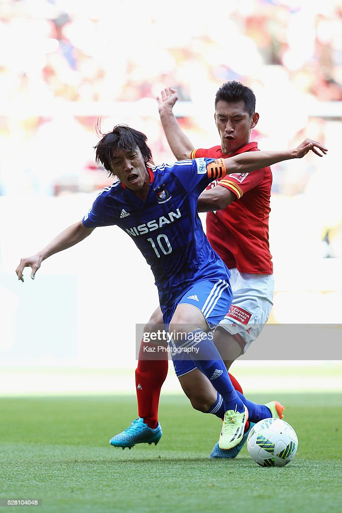<a gi-track='captionPersonalityLinkClicked' href=/galleries/search?phrase=Shunsuke+Nakamura&family=editorial&specificpeople=242866 ng-click='$event.stopPropagation()'>Shunsuke Nakamura</a> of Yokohama F.Marinos and Lee Seung-hee of Nagoya Grampus compete for the ball during the J.League match between Nagoya Grampus and Yokohama F.Marinos at the Toyota Stadium on May 4, 2016 in Toyota, Aichi, Japan.
