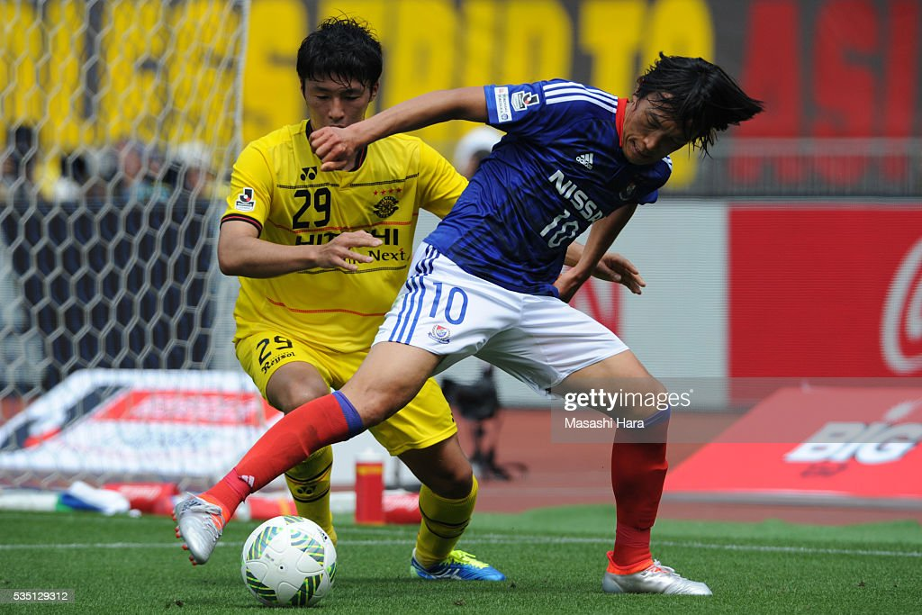 <a gi-track='captionPersonalityLinkClicked' href=/galleries/search?phrase=Shunsuke+Nakamura&family=editorial&specificpeople=242866 ng-click='$event.stopPropagation()'>Shunsuke Nakamura</a> #10 of Yokohama F.Marinos and Yuta Nakayama #29 of Kashiwa Reysol compete for the ball during the J.League match between Yokohama F.Marinos and Kashiwa Reysol at the Nissan Stadium on May 29, 2016 in Yokohama, Kanagawa, Japan.