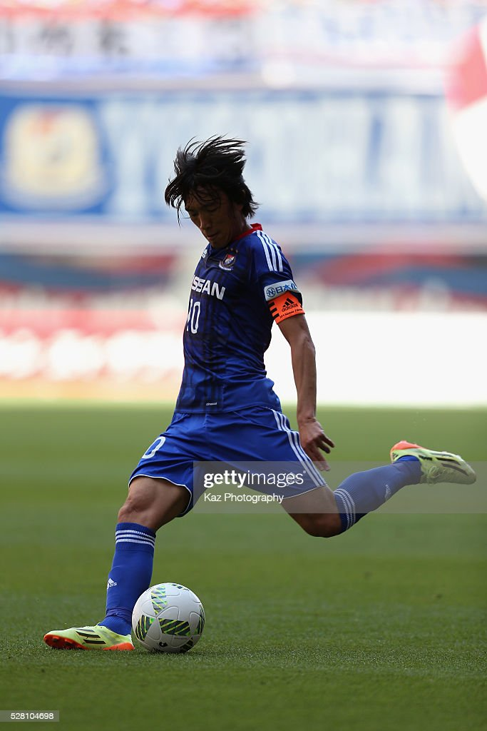 <a gi-track='captionPersonalityLinkClicked' href=/galleries/search?phrase=Shunsuke+Nakamura&family=editorial&specificpeople=242866 ng-click='$event.stopPropagation()'>Shunsuke Nakamura</a> of Yokohama F.Marinos in action during the J.League match between Nagoya Grampus and Yokohama F.Marinos at the Toyota Stadium on May 4, 2016 in Toyota, Aichi, Japan.