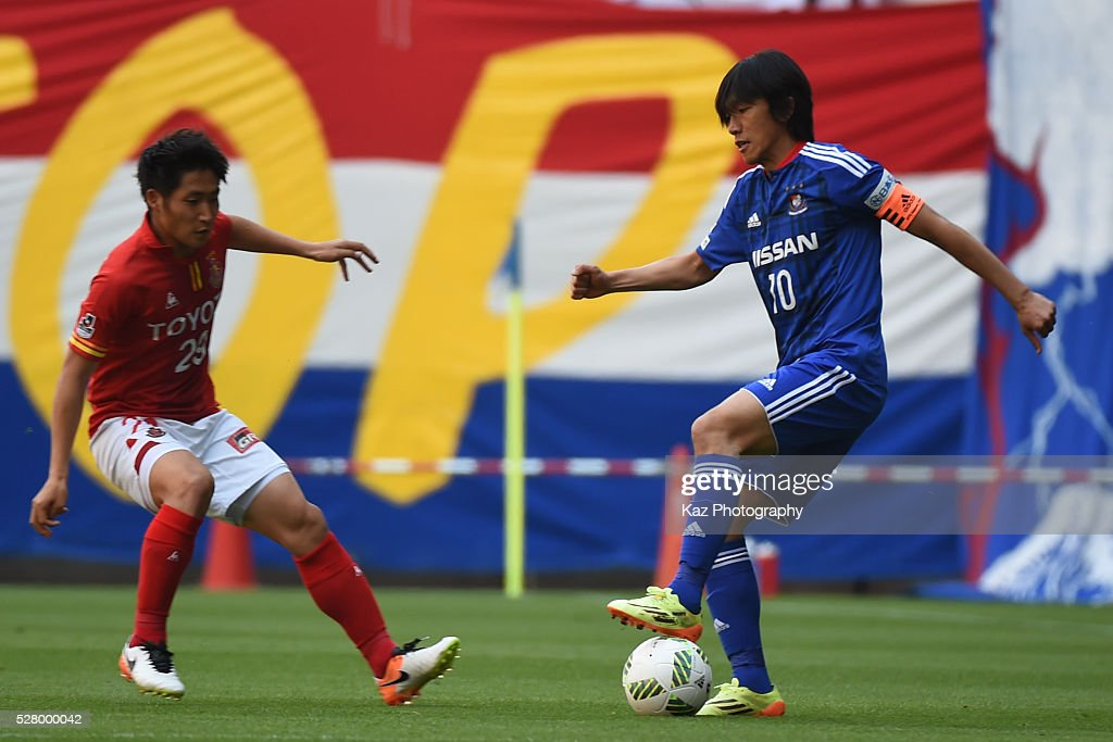 <a gi-track='captionPersonalityLinkClicked' href=/galleries/search?phrase=Shunsuke+Nakamura&family=editorial&specificpeople=242866 ng-click='$event.stopPropagation()'>Shunsuke Nakamura</a> of Yokohama F.Marinos keeps the ball under the pressure from Ryuji Izumi of Nagoya Grampus during the J.League match between Nagoya Grampus and Yokohama F.Marinos at the Toyota Stadium on May 4, 2016 in Toyota, Aichi, Japan.