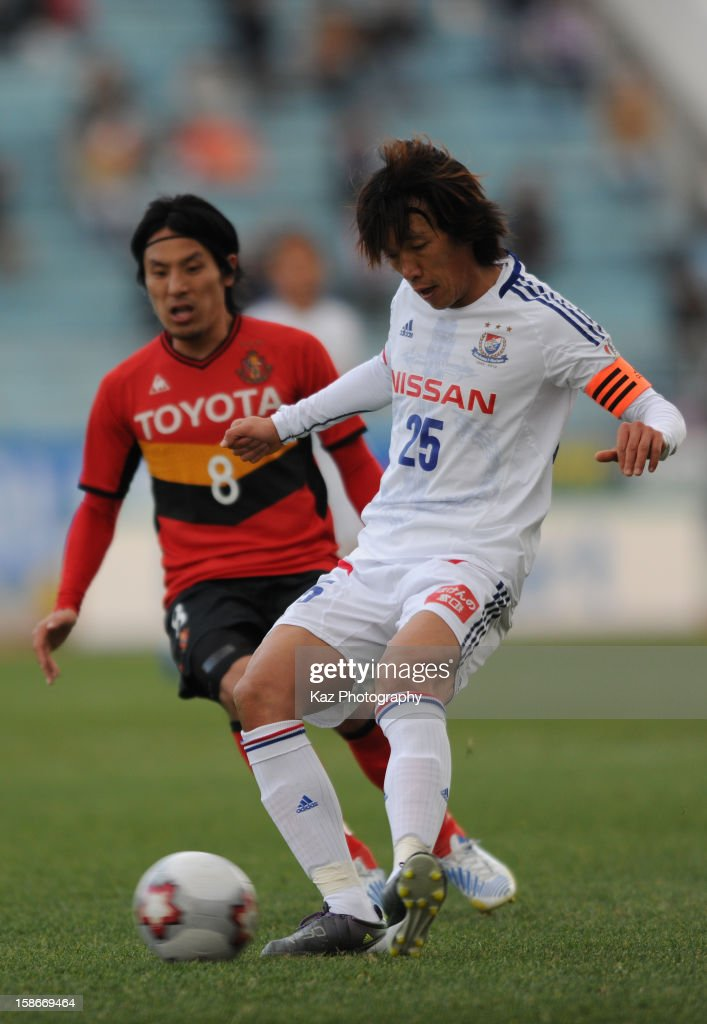<a gi-track='captionPersonalityLinkClicked' href=/galleries/search?phrase=Shunsuke+Nakamura&family=editorial&specificpeople=242866 ng-click='$event.stopPropagation()'>Shunsuke Nakamura</a> of Yokohama F.Marinos passes while Jyungo Fujimoto of Nagoya Grampus approaches during the 92nd Emperor's Cup Quarter Final match between Nagoya Grampus and Yokohama F.Marinos at Mizuho Stadium on December 23, 2012 in Nagoya, Japan.