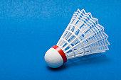Volant de badminton sur bleu