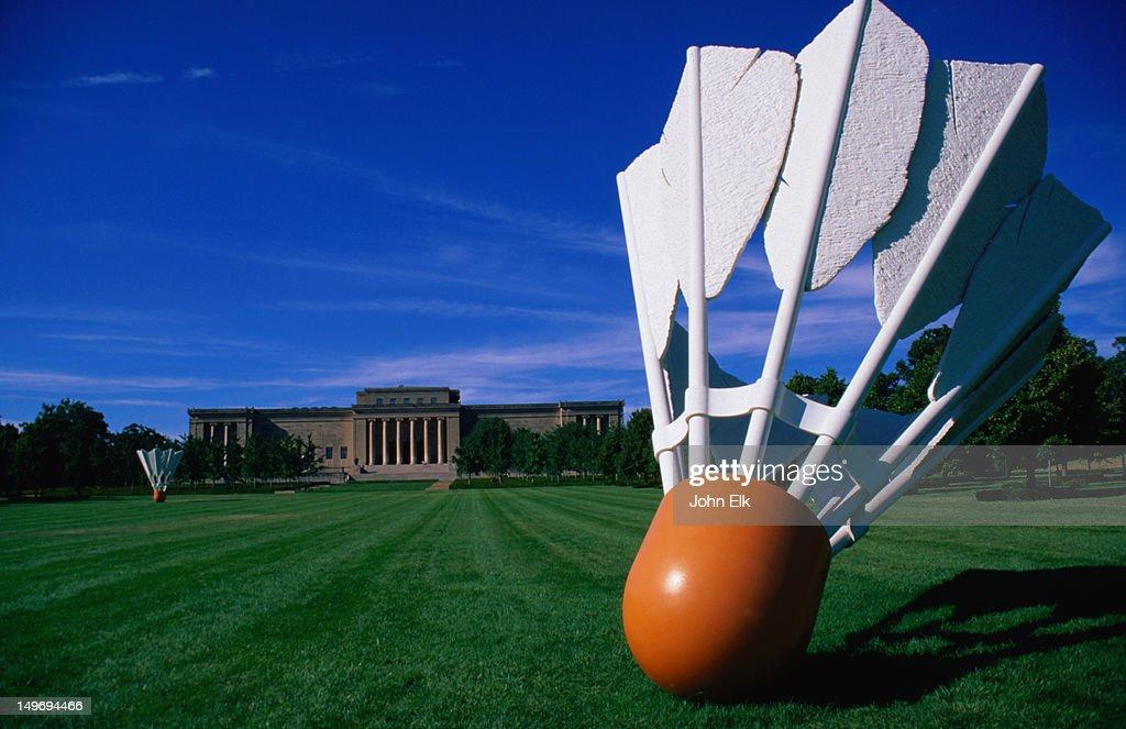 'Shuttlecock' sculpture by Claes Oldenburg and Coosje Van Bruggen, Nelson-Atkins Museum of Art. : Stock Photo