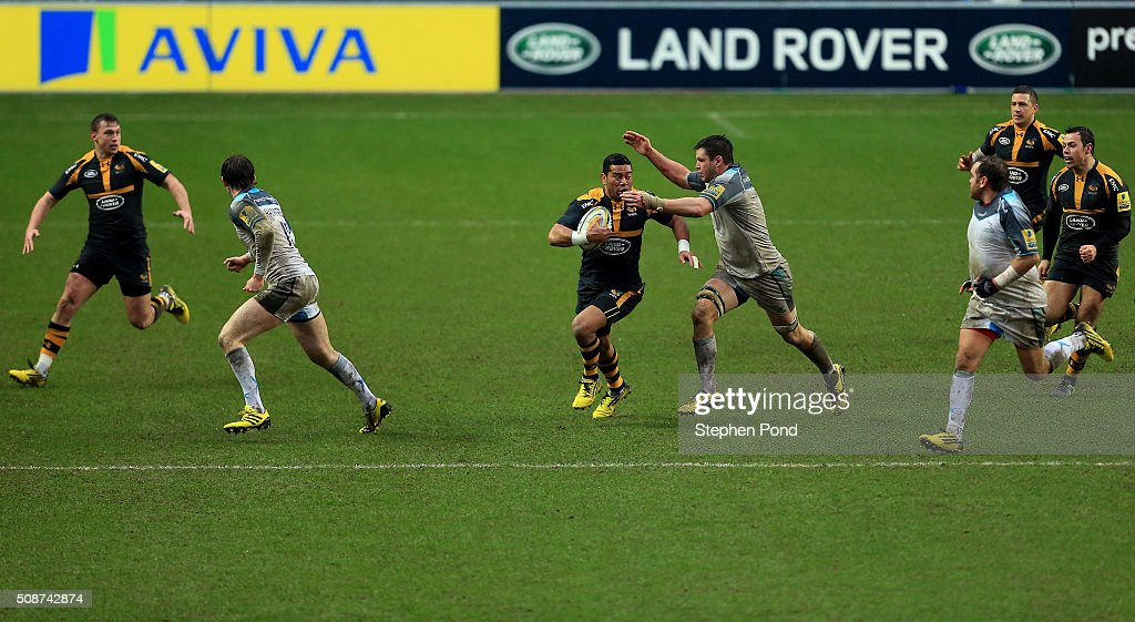 <a gi-track='captionPersonalityLinkClicked' href=/galleries/search?phrase=Siale+Piutau&family=editorial&specificpeople=2498975 ng-click='$event.stopPropagation()'>Siale Piutau</a> of Wasps and Ally Hogg of Newcastle Falcons in action during the Aviva Premiership match between Wasps and Newcastle Falcons at the Ricoh Arena on February 6, 2016 in Coventry, England.