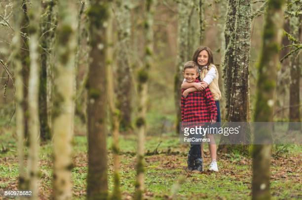Geschwister-Foto-Shooting im Wald