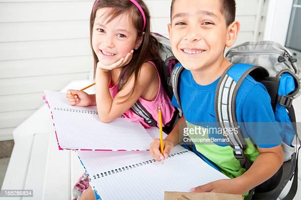 Frères et soeurs faire leurs devoirs