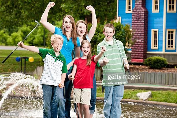 Geschwister, die Spaß im Mini-Golfplatz