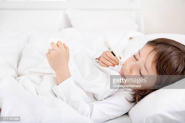 Kranke Mädchen mit thermometer in Bett