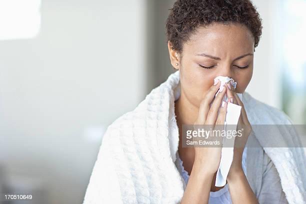 Femme son nez de soufflage malade