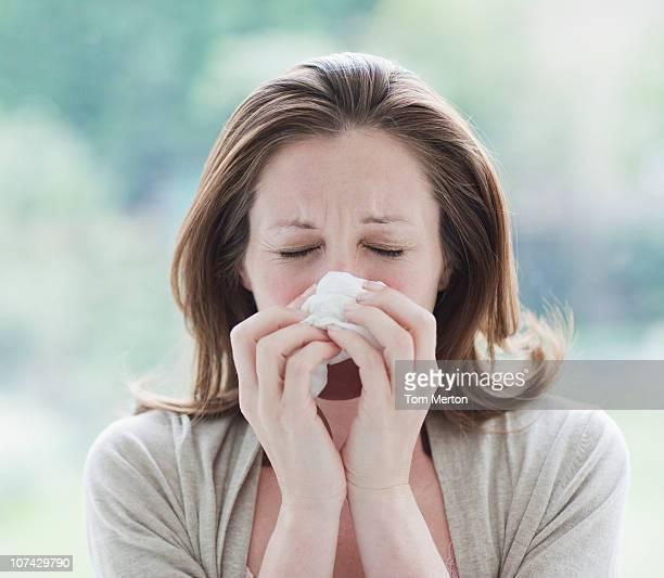 Kranke Frau, die Ihre Nase Wirtschaftshilfe