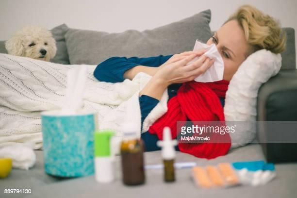 Krank Woman.Flu.Woman gefangen Kälte.