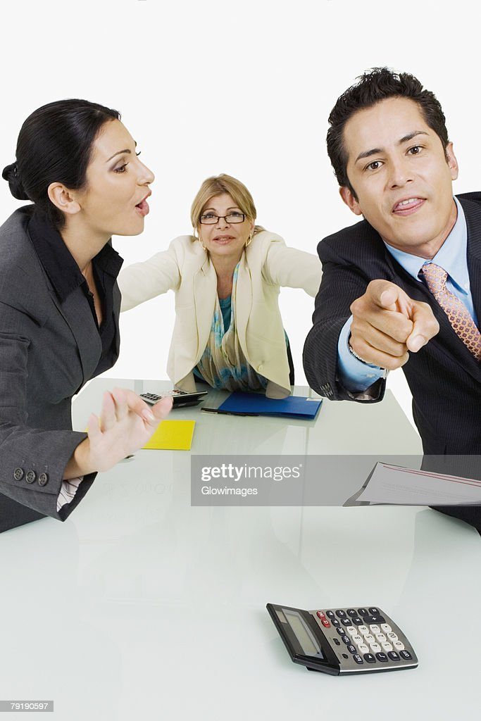 Side profile of a businesswoman shouting at another businessman standing in front of her : Foto de stock