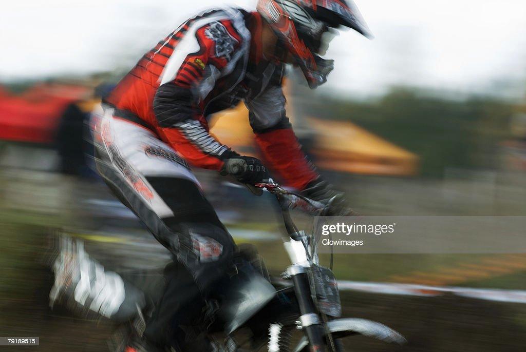 Side profile of a man on a racing bike : Foto de stock