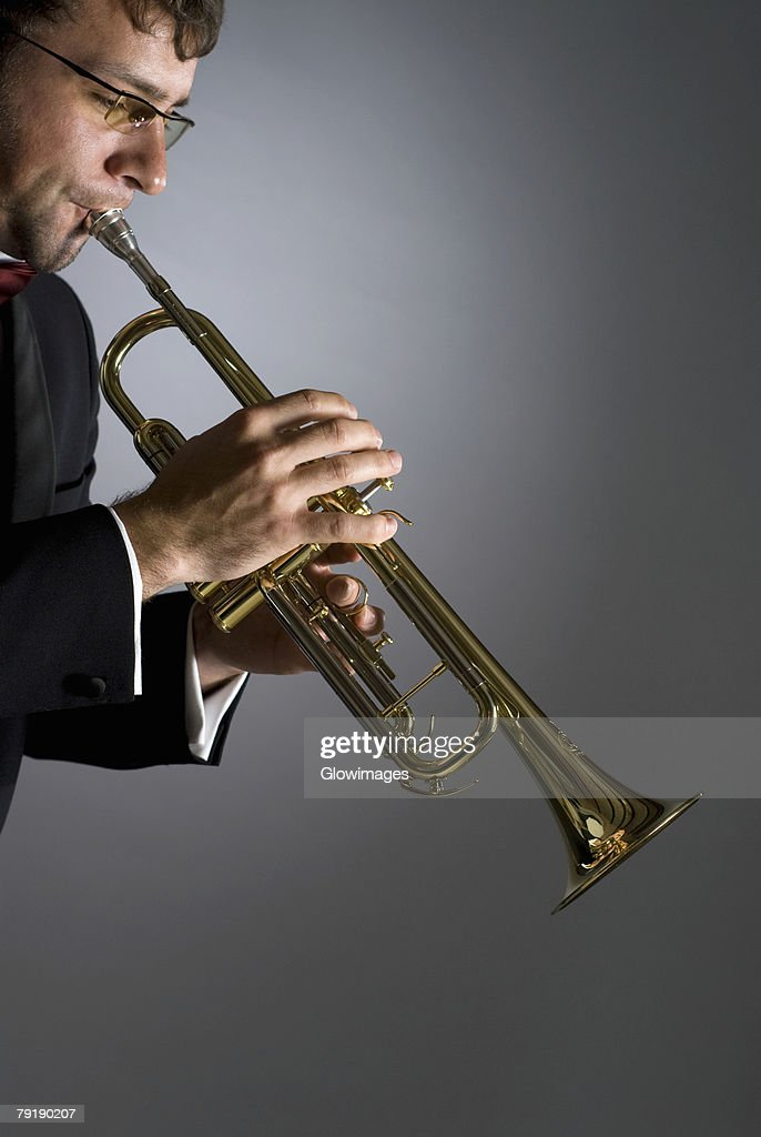 Side profile of a musician playing a trumpet : Foto de stock