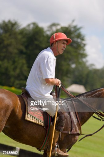 Side profile of a senior man playing polo : Foto de stock