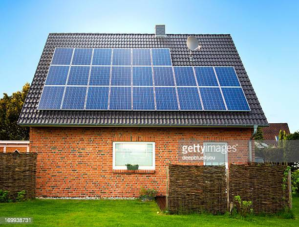 Seitenansicht eines großen Sonnenkollektor auf dem Dach