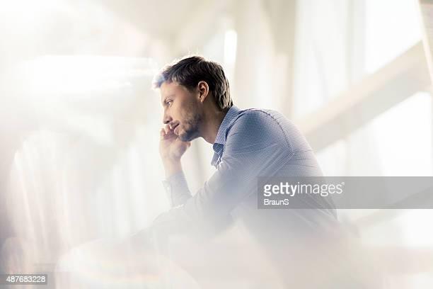 サイドの若いビジネスマンを見つめる哀愁漂うます。