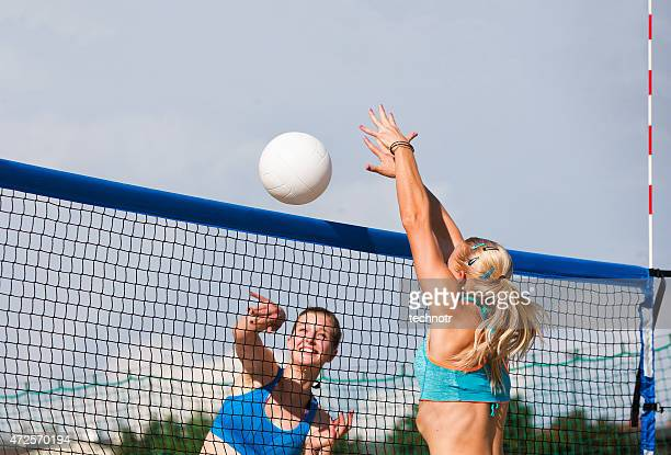 Vista laterale di splendido Beach Volley azione della rete