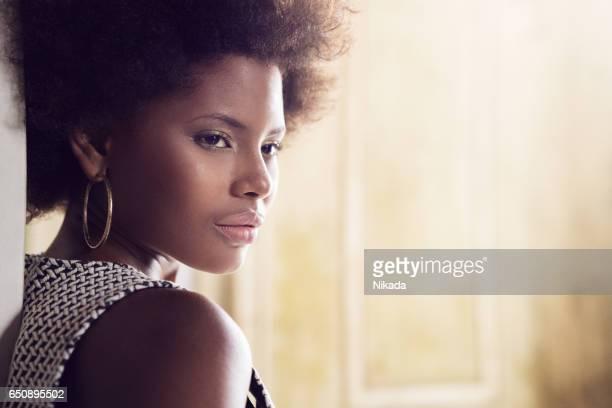 Seitenansicht des schönen kubanischen Frau