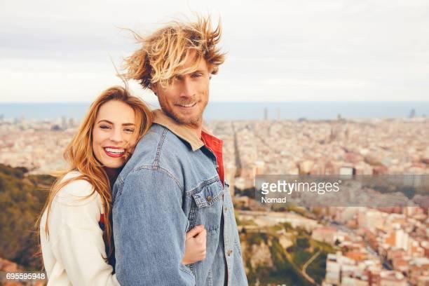 Vue de côté d'embrasser le couple contre city