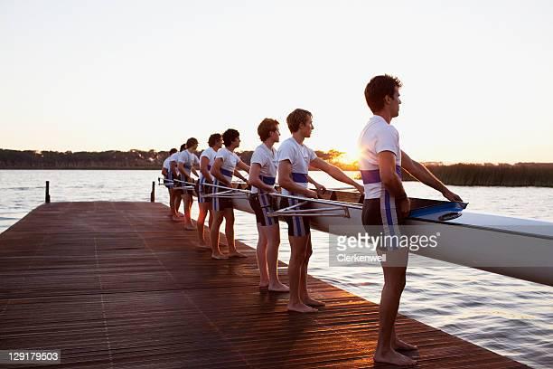 Seitenansicht der Männer hält Boot
