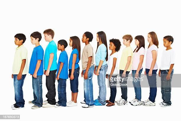 Vue latérale de multi ethnique enfants debout dans une rangée