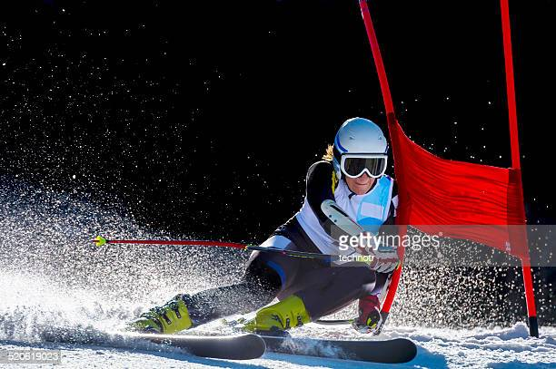 Vue latérale de la jeune femme de course de Slalom géant