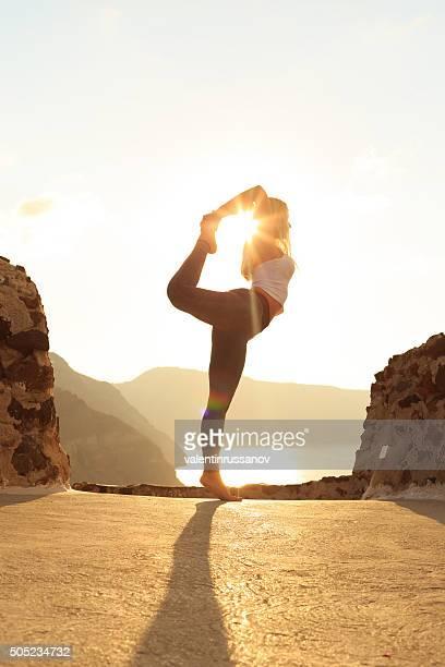 Vue latérale de la jeune femme debout sur le bord du rocks