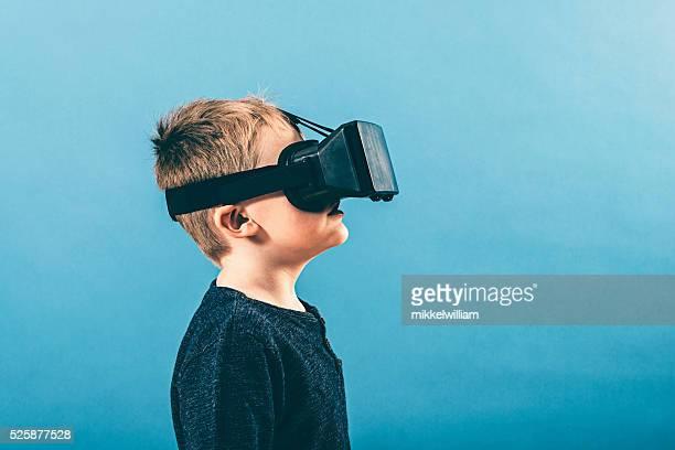Seitenansicht Porträt von eine junge trägt VR Gläser