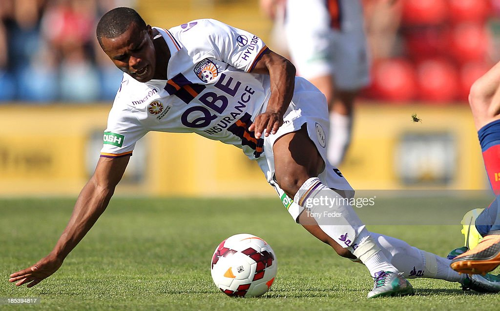 Sidnei Sciola Moraes of the Glory attempts to control the ball during the round two A-League match between the Newcastle Jets and the Perth Glory at Hunter Stadium on October 20, 2013 in Newcastle, Australia.