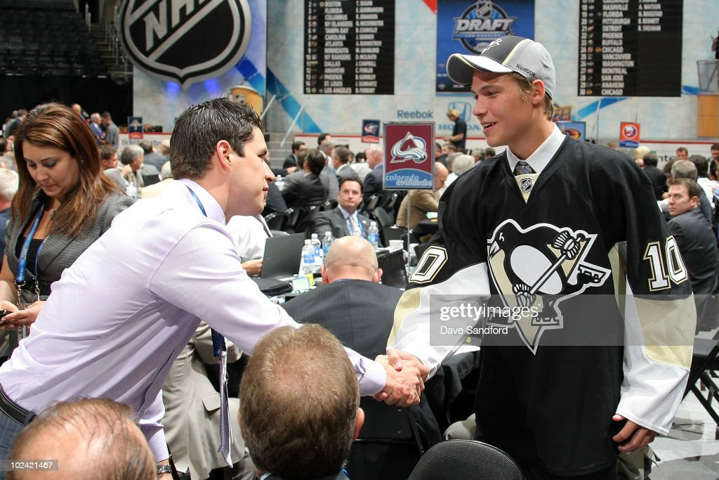 Sidney Crosby of the Pittsburgh Penguins shakes hands with Beau Bennett, drafted 20th overall of the Pittsburgh Penguins, during the 2010 NHL Entry Draft at Staples Center on June 25, 2010 in Los Angeles, California.
