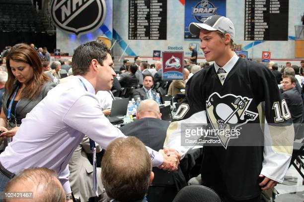 Sidney Crosby of the Pittsburgh Penguins shakes hands with Beau Bennett drafted 20th overall of the Pittsburgh Penguins during the 2010 NHL Entry...