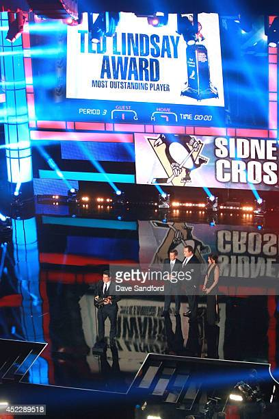 Sidney Crosby of the Pittsburgh Penguins speaks onstage after being awarded The Ted Lindsay Award during the 2014 NHL Awards at the Encore Theater at...