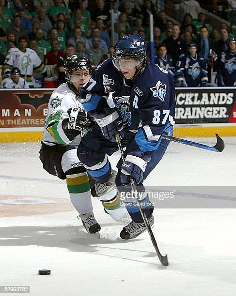 Sidney Crosby of the Rimouski Oceanic moves the puck against Rob Schremp of the London Knights during the Memorial Cup Tournament at the John Labatt...