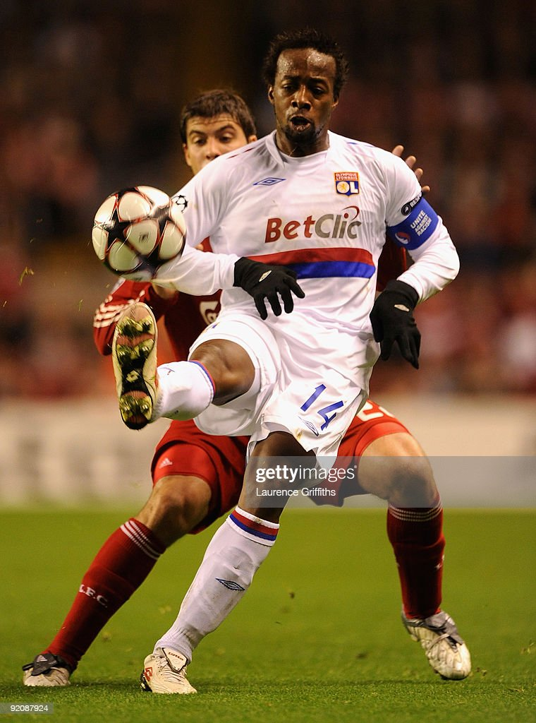 <a gi-track='captionPersonalityLinkClicked' href=/galleries/search?phrase=Sidney+Govou&family=editorial&specificpeople=242983 ng-click='$event.stopPropagation()'>Sidney Govou</a> of Lyon battles with <a gi-track='captionPersonalityLinkClicked' href=/galleries/search?phrase=Emiliano+Insua&family=editorial&specificpeople=4125596 ng-click='$event.stopPropagation()'>Emiliano Insua</a> of Liverpool during the UEFA Champions League Group E match between Liverpool and Lyon at Anfield on October 20, 2009 in Liverpool, England.