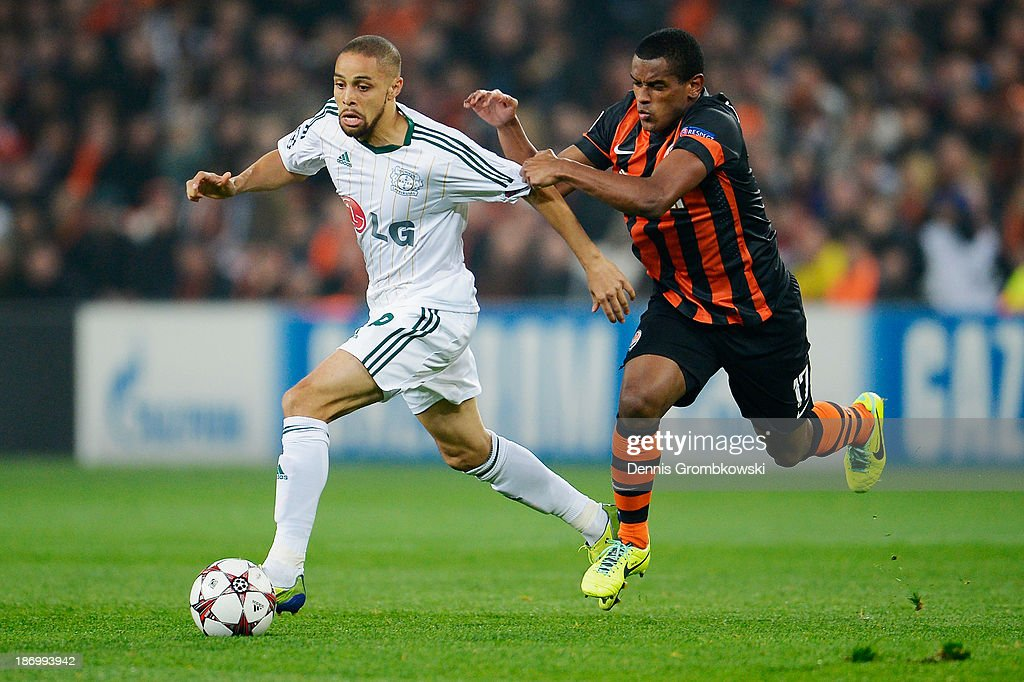 <a gi-track='captionPersonalityLinkClicked' href=/galleries/search?phrase=Sidney+Sam&family=editorial&specificpeople=739660 ng-click='$event.stopPropagation()'>Sidney Sam</a> of Bayer Leverkusen is chased by Fernando of Shakhtar Donetsk during the UEFA Champions League Group A match between Shakhtar Donetsk and Bayer Leverkusen at Donbass Arena on November 5, 2013 in Donetsk, Ukraine.