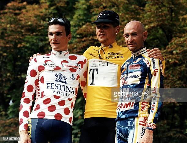 Siegerehrung der Gesamtwertung in Paris auf dem Podium vlnr Richard Virenque Jan Ullrich im Gelben Trikot Marco Pantani