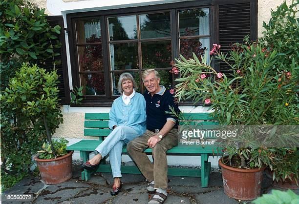 Siegfried Rauch Ehefrau Karin Rauch Homestory Vorfreude auf SydneyDreharbeiten Oberbayern Garten OlympiaTShirt Hemd Frau Umarmung umarmen auf einer...