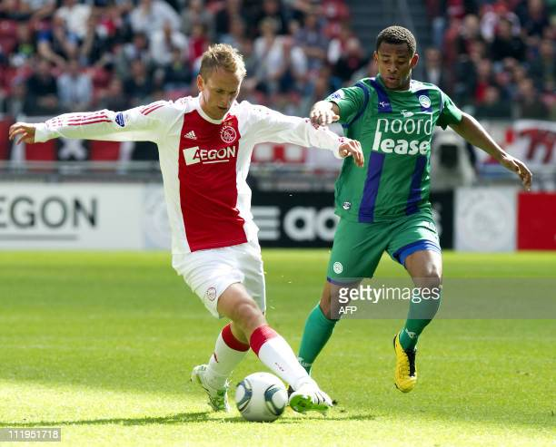 Siem de Jong of Ajax Amsterdam fights for the ball with Leandro Bacuna of FC Groningen during the league match Ajax Amsterdam against FC Groningen in...