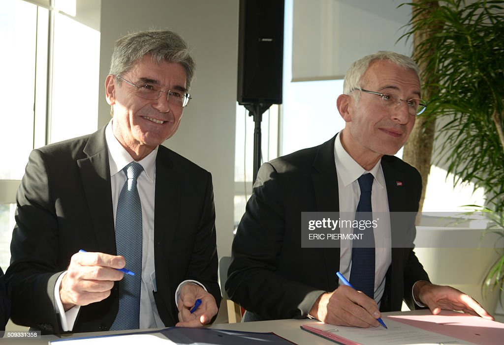 Siemens AG CEO Joe Kaeser (L) and Head of French state owned railway company sncf Guillaume Pepy attend the signing of the NExTeo contract at the SNCF headquarters in La Plaine-Saint-Denis on February 10, 2016. / AFP / ERIC PIERMONT