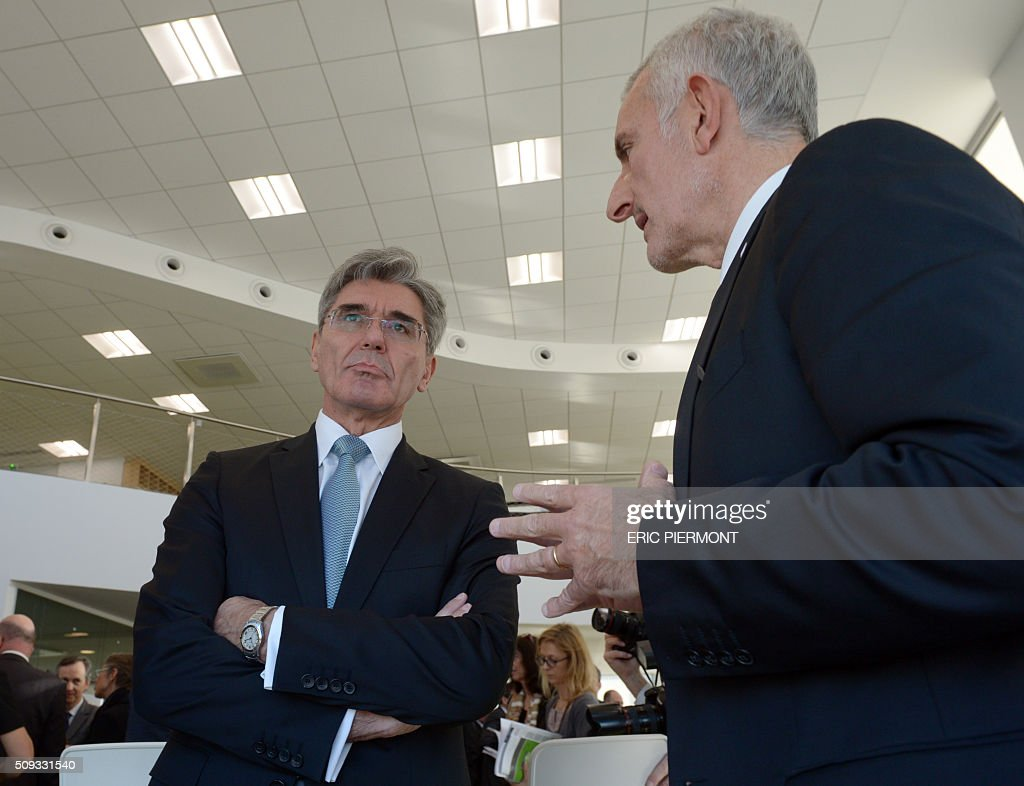 Siemens AG CEO Joe Kaeser (L) listens to Head of French state owned railway company sncf Guillaume Pepy after attending the signing signing of the NExTeo contract at the SNCF headquarters in La Plaine-Saint-Denis on February 10, 2016. / AFP / ERIC PIERMONT
